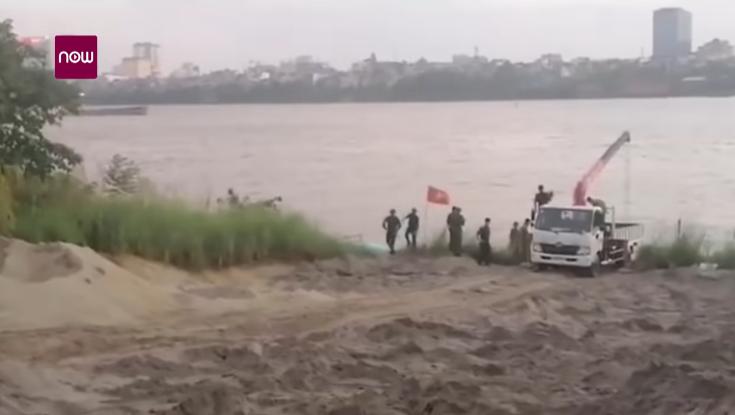 Toàn cảnh trục vớt quả bom gần cầu Long Biên, Hà Nội